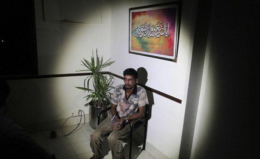 Mubeen Rajhu, quien mató a su hermana para defender el honor de su familia, fotografiado en una cárcel de Lahore, Pakistán, durante una entrevista con la Associated Press, llevada a cabo el 1 de septiembre del 2016. (AP Photo/K.M. Chaudary)