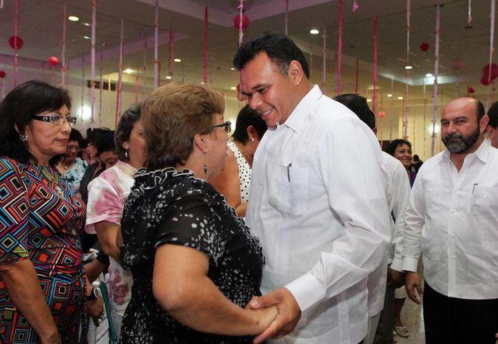 El gobernador Rolando Zapata asistió al festejo en honor a las mamás en la Secretaría de Educación. (Cortesía)