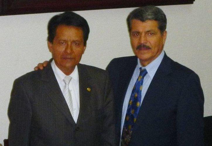 El secretario general del IPN, Fernando Arellano Calderón (izq.) renunció a su cargo; en la imagen, aparece acompañado del rector del Centro de Estudios Avanzados de Las Américas, Salvador Ordaz Montes de Oca. (ceaamer.edu.mx)