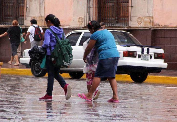 Preparen impermeables y paraguas, para hoy se esperan más lluvias. (José Acosta/SIPSE)