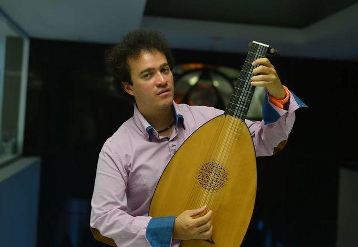 Cecilio Perera Villanueva imparte clases de guitarra en Austria. (Luis Pérez/SIPSE)