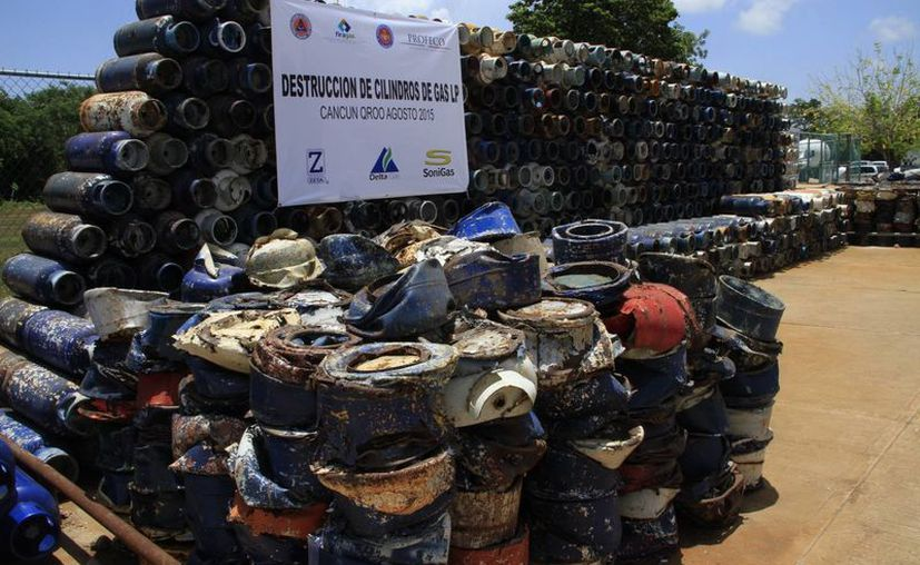 Los tanques de gas que ya sirven son compactados con una maquina especial para después ser reciclados. (Tomás Álvarez/SIPSE)