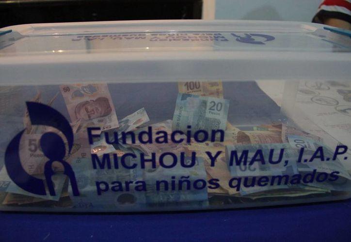 En la urna colocada sobre la mesa destinada a Michou y Mau se encontraban monedas de todas las denominaciones. (Consuelo Javier/SIPSE)