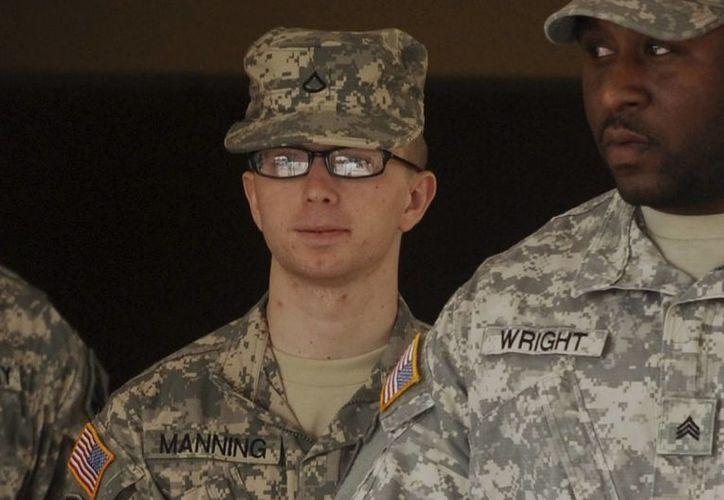 En la imagen, el soldado Bradley Manning (c), acusado de brindarle información clasificada a Wikileaks. (Archivo/EFE)