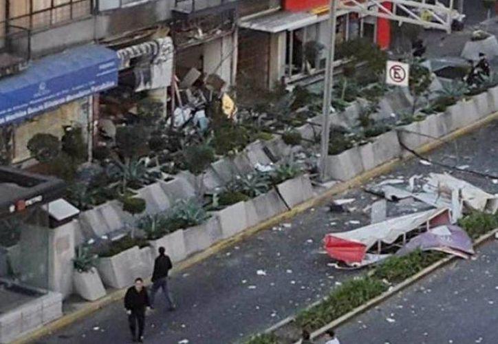 Cafetería explota por acumulación de gas, el local está ubicado en la avenida Félix Cuevas en la Ciudad de México. Imagen del momento del estallido. (Twitter)