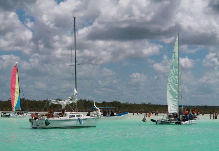Se colocarán 91 boyas para evitar que las embarcaciones se acerquen, y cuidar zonas como la de los estromatolitos. (Javier Ortiz/SIPSE)