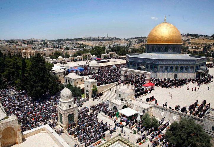 Panorámica del viernes 17 de junio de 2016 de palestinos llegando a la mezquita de Al Aqsa, durante el Ramadán. La Unesco aprobó el martes 18 de octubre de 2016, una resolución que niega las conexiones judías con sitios sagrados en el Monte del Templo, que incluye a esta mezquita. (Foto de archivo: AP/Mahmoud Illean)
