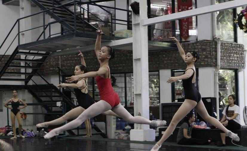 La joven filipina Jessa Balote, al centro, en una clase de ballet en Manila.  (Agencias)