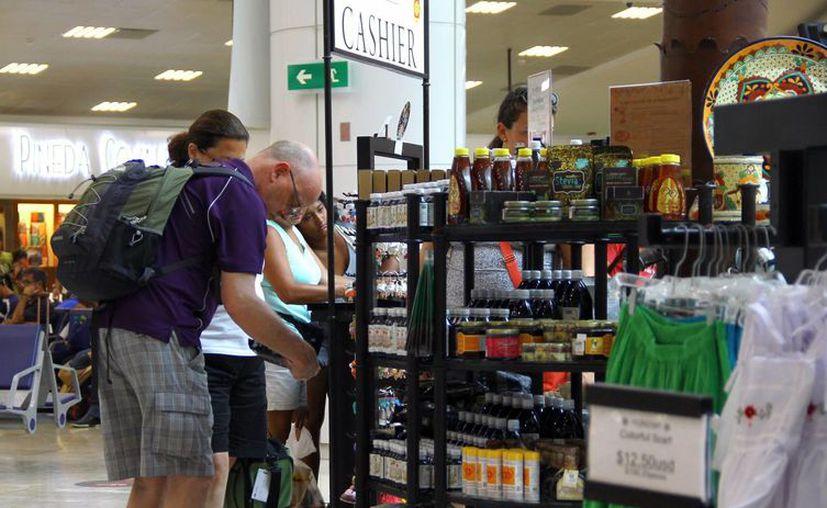 Los turistas compran productos y servicios en sus vacaciones de invierno. (Gonzalo Zapata/SIPSE)