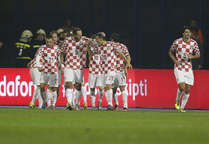Jugadores de Croacia celebran uno de sus goles frente a la selección de Islandia, a la que vencieron 2-0. (Agencias)