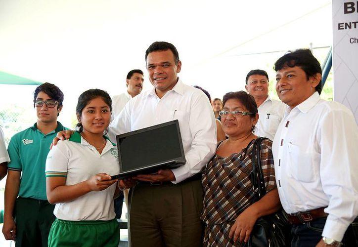 Como parte del esquema Bienestar Digital, ayer se entregaron 118 laptops en el Colegio de Bachilleres de Yucatán (Cobay) plantel Cholul. (SIPSE)