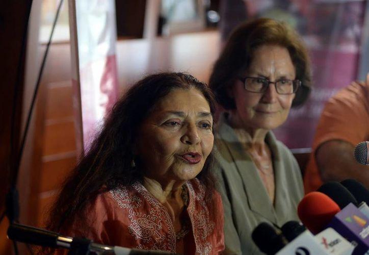 Sara Poot (izq) nunció la realización del Congreso Internacional de Literatura a llevarse a cabo hoy dentro de la Filey. (Luis Pérez/SIPSE)