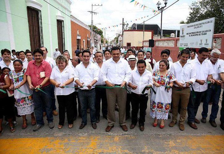 Rolando Zapata entregó ayer sábado 812 bonos para mejoramiento de vivienda a igual número de familias de 29 localidades del sur del estado. (yucatan.gob.mx)