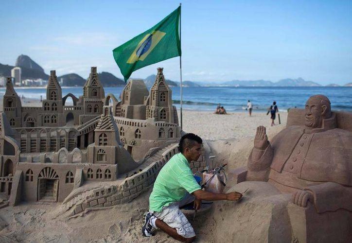 Rogean Rodrigues realiza una escultura de arena del Papa Francisco en la playa de Copacabana, en Río de Janeiro, Brasil, este martes 16 de julio. (AP)
