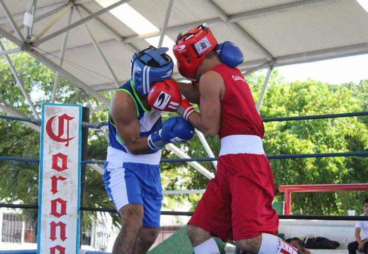 En la final de la categoría de los 56 kilos, Moisés Rufino se llevó los honores luego de vencer por nocaut técnico a David Castul. (Raúl Caballero/SIPSE)