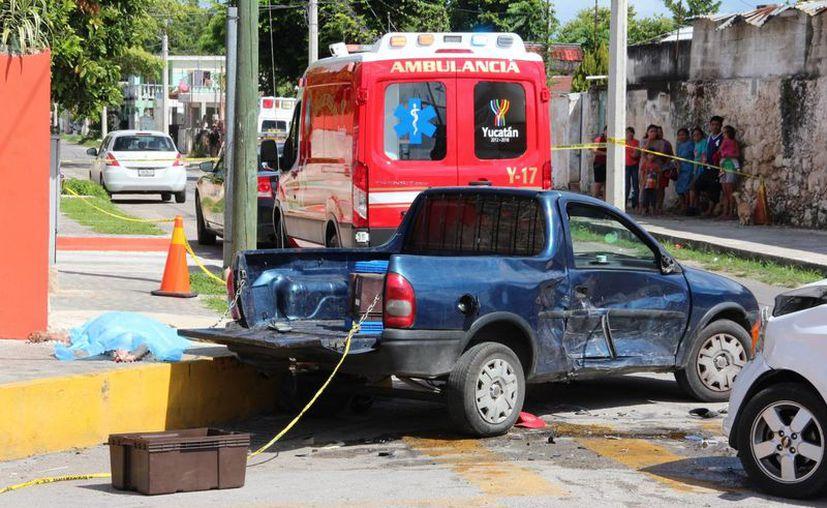 Miguel Caballero Cauich salió volando de la parte trasera de la camioneta en la que viajaba, se golpeó contra el pavimento y falleció en accidente de tránsito en la colonia Bojórquez. (Fotos: Aldo Pallota/SIPSE)