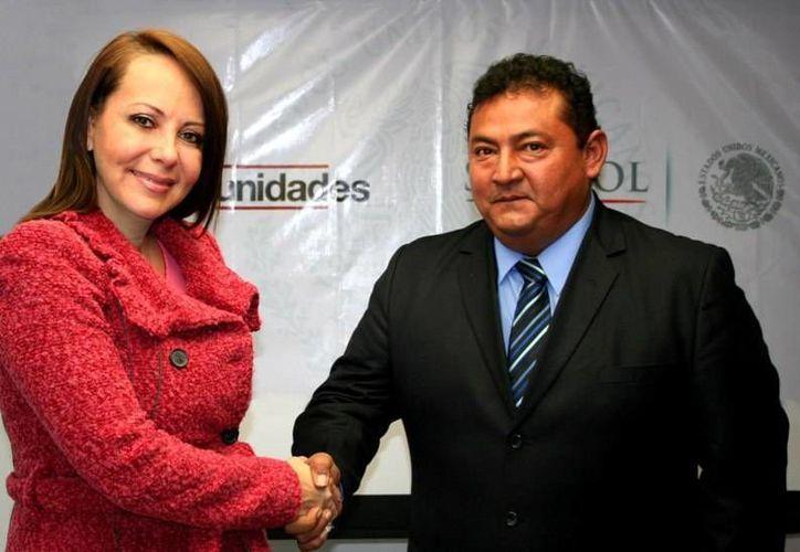 La coordinadora nacional de Oportunidades, Paula Hernández Olmos, da posesión a José Luis Novelo Ayuso como coordinador estatal del programa en Yucatán. (SIPSE)