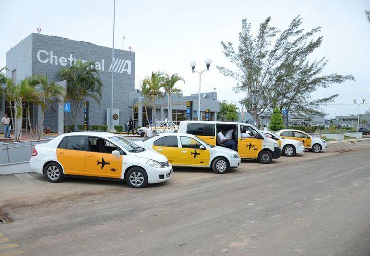 La tarifa para usuarios de taxi en el aeropuerto de Chetumal es de 200 pesos. (Gerardo Amaro/SIPSE)