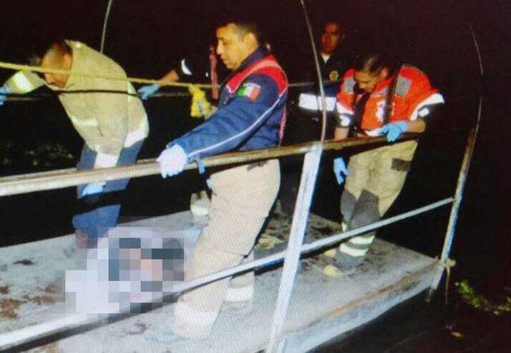Imagen del rescate del cadáver de un hombre en la zona chinampera de Xochimilco. Al parecer, murió ahogado. (Quadratín vía lopezdoriga.com)