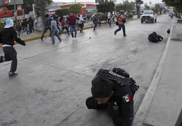 Siete policías federales resultaron heridos en los enfrentamientos. (Reuters)