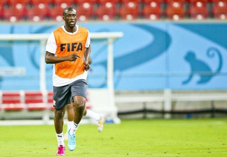 Yaya Touré durante un entrenamiento con la Selección de Costa de Marfil, que aún tiene pendiente un partido de la fase de grupos en el Mundial. (EFE)
