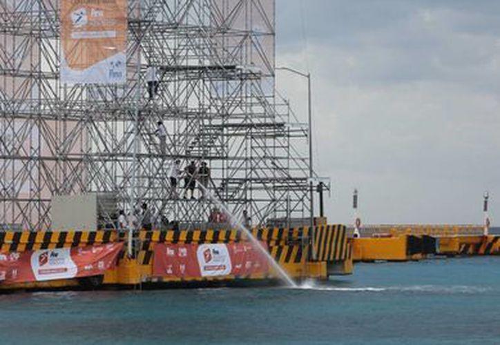 La torre desde donde se lanzarán los clavadistas tiene una altura de 27 metros. (Gustavo Villegas/SIPSE)