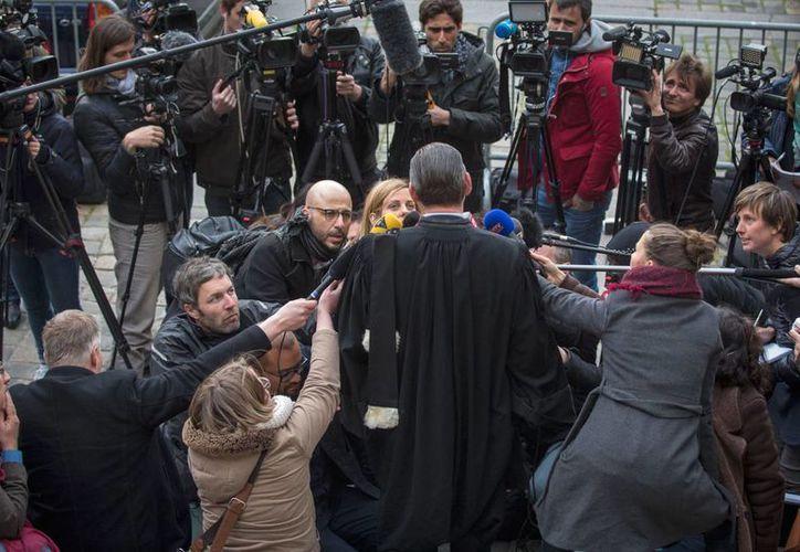 El abogado francés de Salah Abdeslam, Franck Berton, informa a la prensa los cargos de los que fue acusado su cliente y por los que será juzgado en Francia, por los atentados en París, el 13 de noviembre de 2015. (AP)