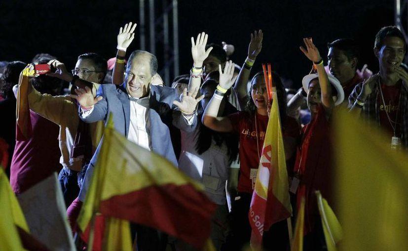 El centroizquierdista Luis Guillermo Solís celebra con sus seguidores su victoria en los comicios presidenciales de Costa Rica.  (EFE)