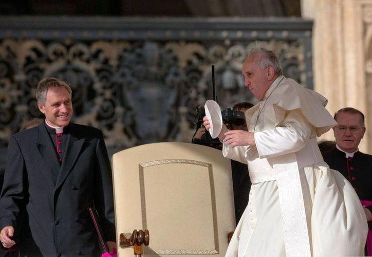 El Papa Francisco al momento de llegar a la audiencia de los miércoles en Ciudad del Vaticano, en la que condenó la corrupción que existe en los trámites para la nulidad matrimonial religiosa. (AP)