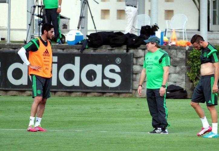'El Piojo' Herrera (c) comanda un entrenamiento del Tri previo a los amistosos antes del Mundial. Aparece flanqueado por José Corona (i) y Miguel Layún. (Notimex)