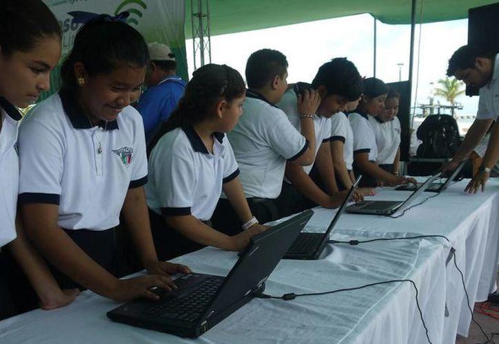 Alumnos de la escuela 'Carlos Marx' prueban el servicio en el malecón de Progreso. (Manuel Pool/SIPSE)