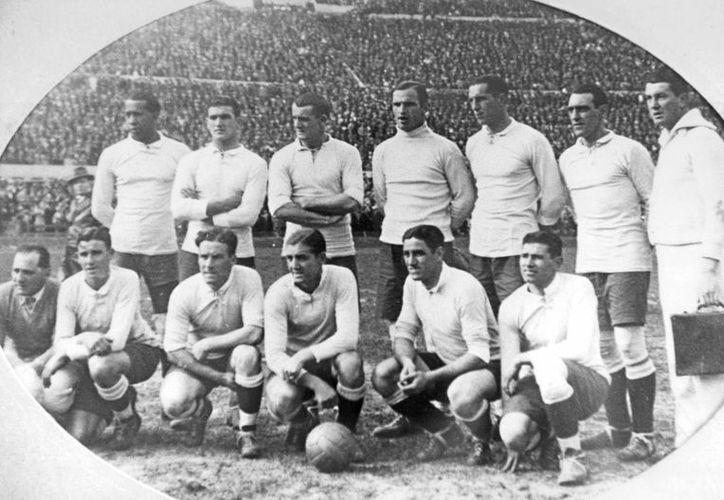 Equipo uruguayo que ganó la final del primer Mundial en 1930, en Montevideo, exactamente 100 años después de la jura de la Constitución nacional, por lo cual el estadio donde se jugó la final se llamó El Centenario. (EFE)