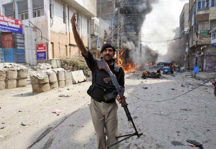 La explosión dañó la mezquita y comercios cercanos al lugar. (Agencias)
