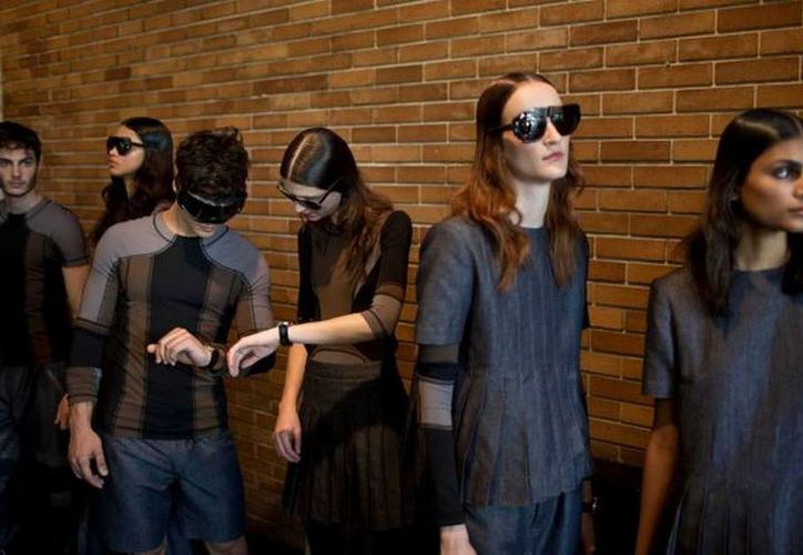 Los modelos que usaron la tela diseñada por Alexandre Herchcovith no parecían tener necesidad de microcirculación mientras caminaban por la pasarela. (Agencias)