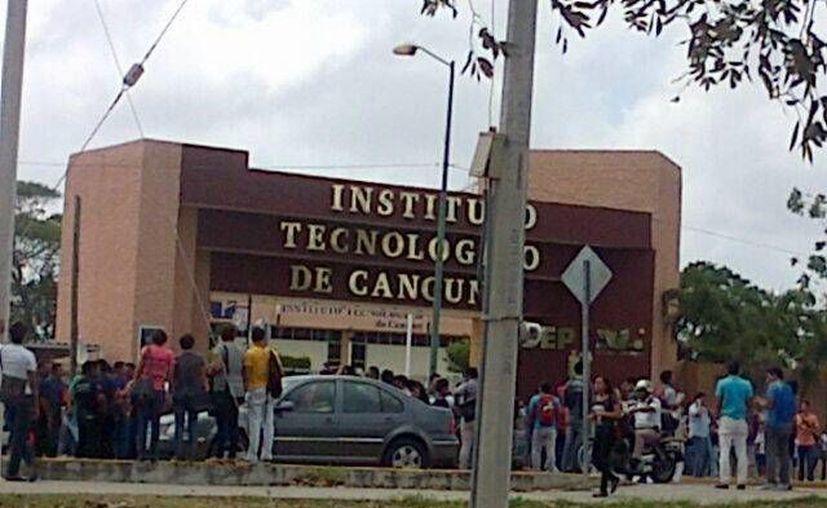 Durante la manifestación dos de los estudiantes fueron levantados por automovilistas que se negaron a bajar la velocidad. (@HeidyJM)