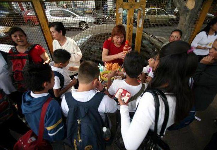 Empresarios piden que las autoridades midan 'con la misma vara' que a las grandes empresas a quienes venden botanas fuera de las escuelas. (Archivo/SIPSE)