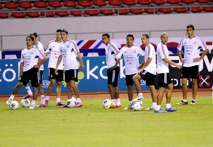 Jugadores de la Liga MX, sin apoyo de la 'legión extranjera', tienen la encomienda de calificar a México al Mundial de 2014. (Notimex/Foto de archivo)