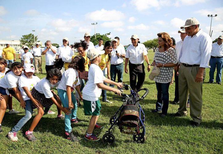 El gobernador Rolando Zapata Bello y su esposa, Sarita Blancarte, presencian una de las actividades que desarrollan los pequeños en Bienestar en Vacaciones. (Cortesía)