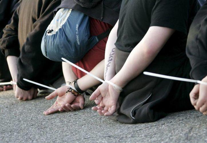 La protesta estaba compuesta por unas 30 personas y escoltada por el doble de policías. (Archivo/EFE)