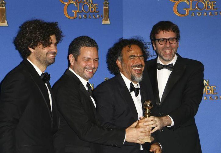 Alejandro González Iñárritu coescribe con sus guionistas de 'Birdman' la serie Uno por ciento. En esta foto, tras la premiación en los Globos de Oro. (Notimex)