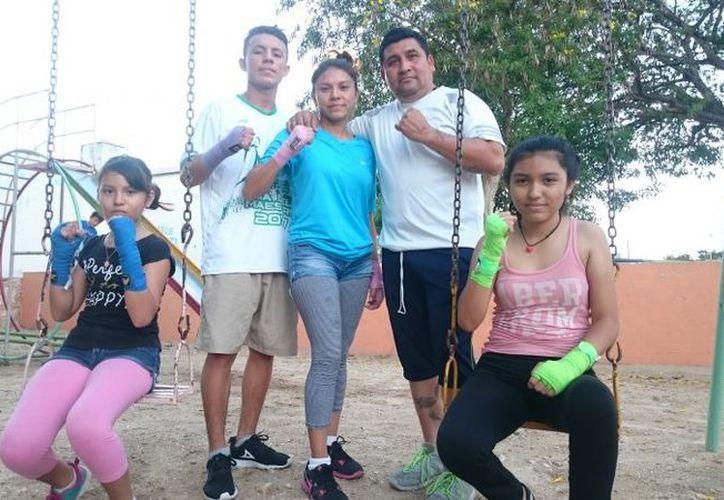 La familia Leal Solís, conformada por los boxeadores Alondra, Roberto, la mamá Cristal, el papá Juan Manuel y América. (Felix Zapata/SIPSE)