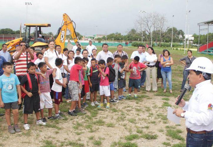 Este martes se colocaron las primeras piedras de los tres nuevos parques que tendrá Tulum.  (Rossy López/SIPSE)