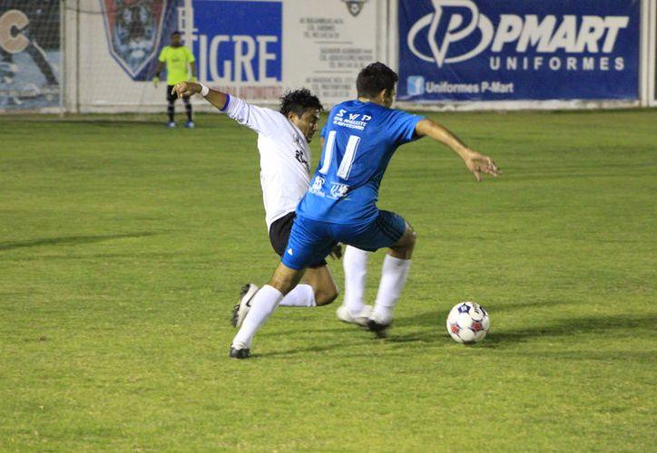 En otro encuentro, Club Osos Grises derrota a la Notaría 43-Tostimaya con marcador de 3-1. (Miguel Maldonado/SIPSE)