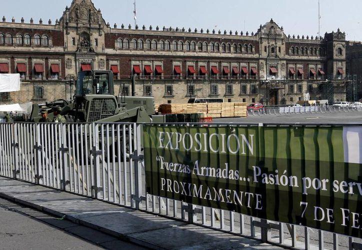 Una exposición del Ejército se está instalando en la plancha del Zócalo de la capital. (Notimex)