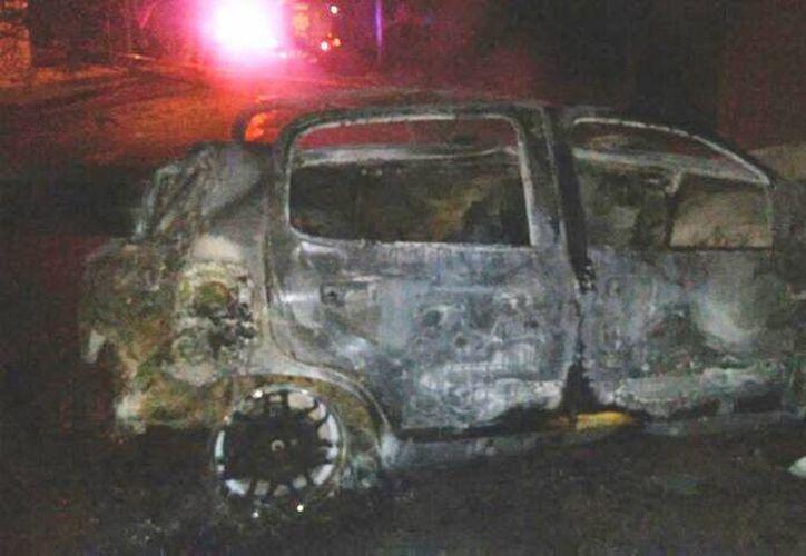 El Ford Fiesta terminó en cenizas después de chocar contra un poste. Los pasajeros se salvaron de milagro. (Milenio Novedades)