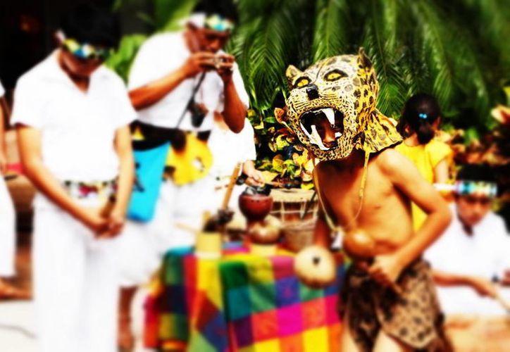 El grupo Chilam Balam, de la Escuela de Música Prehispánica de Sahcab Mucuy, se presentó ayer en la feria K'iwik. (Adrián Barreto/SIPSE)