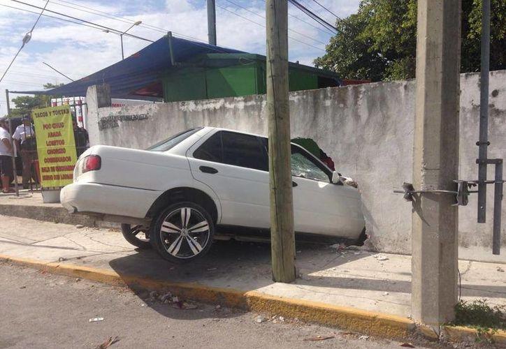 El vehículo derrumbó parte de la barda. (Twitter/@JULIOPEREZTOVAR)