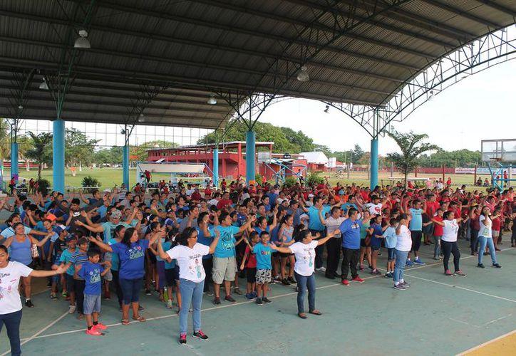 Los alumnos participaron con los padres de familia durante la convivencia. (Raúl Balam/SIPSE)