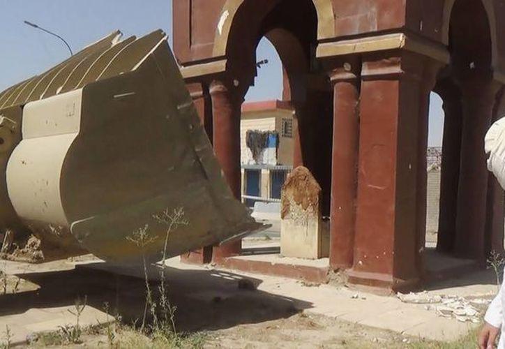 """Una excavadora destruye un monumento llamado """"tumba de la niña"""" en Mosul, Irak. (Agencias)"""