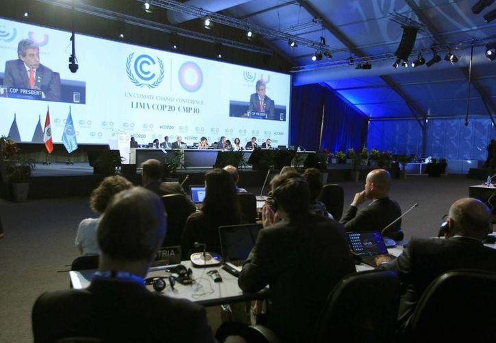 Mientras en Lima, Perú, se lleva a cabo la Conferencia de la ONU (foto), en esta misma capital hay un serio problema en la recolección de basura. (EFE)